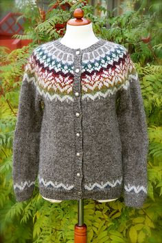 Ravelry: Project Gallery for Afmæli - anniversary sweater pattern by . Loom Knitting Patterns, Knitting Stitches, Knitting Socks, Free Knitting, Knitting Tutorials, Stitch Patterns, Icelandic Sweaters, Nordic Sweater, Fair Isle Knitting