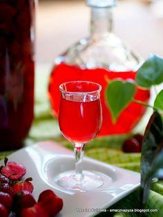 domowa_nalewka_z_truskawek_i_rabarbaru Irish Cream, Alcoholic Drinks, Glass, Recipes, Food, Drinkware, Corning Glass, Recipies, Essen