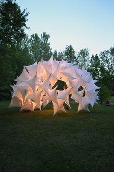 The parametric tensegrity structure. Estructura de tela tensada a partir de 56 módulos de tela elástica, que ofrece refugio y enmarca el paisaje.