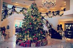 This is what I want my house to look like during Christmas :-) Look at that tree! This is what I want my house to look like during Christmas :-) Look at that tree! Christmas Time Is Here, Noel Christmas, All Things Christmas, Winter Christmas, Christmas Bedroom, Christmas Morning, Christmas Movies, Christmas Balls, Family Christmas