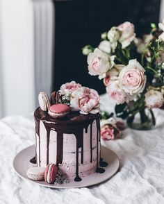 And here it is, my neapolitan cake! Layers of vanilla cake and chocolate cake, strawberry swiss meringue buttercream and dark chocolate glaze. Topped with beautiful macarons from @pierrehermeofficial, roses and coriander flowers