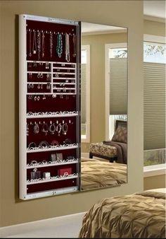 Boa ideia! Um armário para guardar bijuterias. Ele fica escondido e nem parece um armário, mas uma porta de correr o revela ao que parecia apenas um simples espelho.