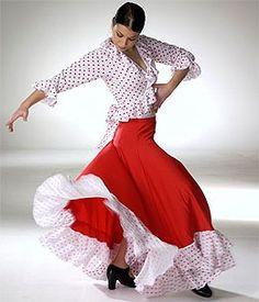 Falda para ensayo con corte a la cadera y amplia capa con generoso vuelo.    Diseño vistoso y práctico, ideal para la práctica del baile flamenco en clase o en el escenario.    Confeccionada en poliester y disponible en rojo, rematada con dos volantes blancos con lunares rojos.