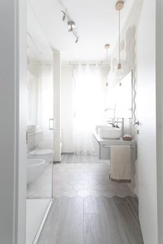Here you can find the project of an original bathroom I realized for a young couple: balance, aesthetics, design and functionality. Fancy Houses, Bathroom Interior Design, Amazing Bathrooms, Master Bathroom, Diy Home Decor, Living Spaces, Sweet Home, New Homes, Bathtub