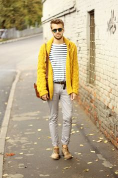 Such a good idea to pull an outfit together: bringing in a bright piece against stripes and leaving the rest neutral. <3