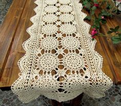 35 Creative Handmade Crochet Tablecloth & Table Runner - Dwell Of Decor Doily Patterns, Easy Crochet Patterns, Crochet Designs, Crochet Fall, Filet Crochet, Knit Crochet, Crochet Table Runner Pattern, Crochet Tablecloth, Crochet Towel