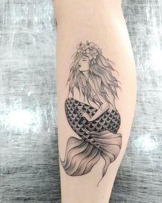 Tatuagem de sereia feminina e delicada criada pelo tatuador brasileiro Joelson Ramalho.