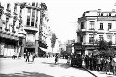 """Astfel, spre exemplu, o reclamă din 1937 descria """"Galeries Lafayette"""" ca """"unicul magazin occidental din țară"""", """"Magazin de încredere unde găsiți tot ce vă trebue"""", respectiv """"mărfuri de primă calitate cu prețuri eftine și fixe"""". Reclama îi informa pe cei dornici să viziteze magazinul că în cele peste 70 de raioane pot fi găsite confecții, blănuri, bijuterii, parfumuri și articole de toaletă, galanterie fină bărbătească, articole de sport, covoare, linoleum, lenjerie, mătăsuri, toate purtând…"""