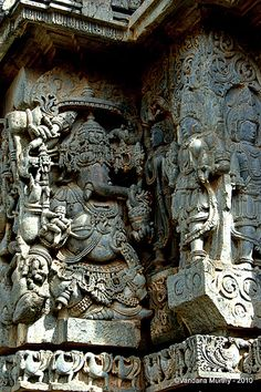 Stone sculpture of the Hoysala period at Halebidu Temple, Karnataka, India. Indian Temple Architecture, Ancient Architecture, Art And Architecture, Mosque Architecture, Temple India, Hindu Temple, Goa India, Ancient Aliens, Ancient Art