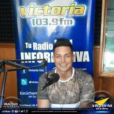 """Hoy en #VictoriaFM y en @tusafari estuvo @aranone presentando su nueva producción musical """"Tus Besos""""."""