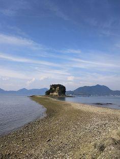 【愛媛県 おすすめ観光地:伯方島04/大角豆島(ささげじま)】 かつて塩田があった瀬戸浜の目と鼻の先に浮かぶ小さな島で、大潮の干潮時には、島へ渡る道が現れる「トンボロ現象」により、砂浜を歩いて渡ることができます。近年、メディアに取り上げられたことをきっかけにカップルを中心に人気を集めるスポットになっています。地元通の「ふるさと倶楽部」馬越晴通会長いわく、地元商工会が「あなたにささげるこの想い 恋が成就する しまなみ大角豆島」というキャッチコピーを考えたとか。干潮時が朝日や夕暮れ時に重なると、より幻想的な風景が広がります。 《所在地》今治市伯方町木浦 https://www.google.co.jp/maps/@34.219361,133.127236,13z 《関連サイト》  http://iyokannet.jp/front/spot/detail/place_id/3322/  #shimanowa2014 #Hakatajima