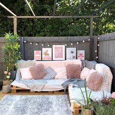 Pallet sofa for garden Pallet Garden Furniture, Pallet Patio, Pallet Sofa, Pallet Couch Outdoor, Furniture Ideas, Pallette Furniture, Outdoor Sofas, Pallet Seating, Garden Pallet