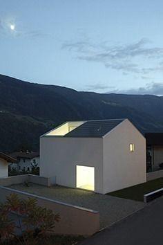 Haus_P - tiny - Arquitectura Roof Architecture, Minimalist Architecture, Residential Architecture, Contemporary Architecture, Architecture Details, Exterior Tradicional, Eckhaus, Balkon Design, Renzo Piano