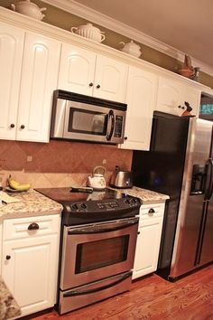Love the oven with controls on the front instead of back of stove. Makes a huge area difference with an over-the-range microwave. Update Kitchen Cabinets, Kitchen Redo, Home Decor Kitchen, Kitchen And Bath, New Kitchen, Kitchen Remodel, Kitchen Updates, Kitchen Appliances, Kitchen Counters