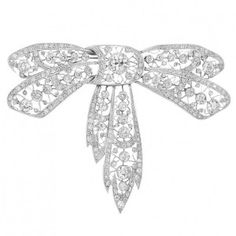 Belle Epoque Platinum and Diamond Bow Brooch The large platinum pierced bow centering one old-mine cut diamond approximately cts., set throughout with 212 old-mine cut diamonds approximately cts., circa approximately 26 dwt. Bow Jewelry, Heart Jewelry, Jewelry Ideas, Diamond Bows, Diamond Brooch, Edwardian Jewelry, Antique Jewelry, Vintage Jewellery, Belle Epoque