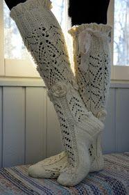 KARDEMUMMAN TALO: Maalaisromanssi - kaunista romantiikkaa Knitting Socks, Knit Socks, Tuli, Leg Warmers, High Socks, Mittens, Knit Crochet, Scarves, Watches
