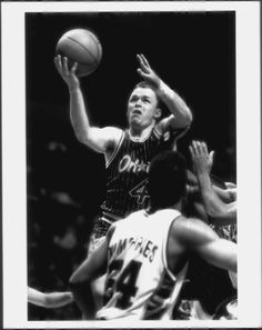 On March 5th 1964, former NBA point guard and coach Scott Skiles was born in La Porte, Indiana. The 1986 Big Ten Player of the Year at Michigan State owns the record for most assists in an NBA game, as he dished out 30 in an Orlando win over Denver in 1990
