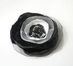 Anstecker - Blüten - Brosche Spitze-Satin-Organza-Blüte  schwarz-weiß - ein Designerstück von soschoen bei DaWanda