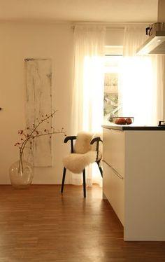 obligatorisch #küche #kitchen #lammfell #lambskin #hagebutte #vase #sonne #sun Foto: lunchen