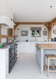 How to get a 'British Country Kitchen' (Even if you Don't Live in the Country) - - Aga cookers, quarry tiled floors and painted wooden cabinets are all key features of a British country kitchen - here's what else you need to. Kitchen Living, New Kitchen, Living Rooms, Cottage Shabby Chic, Border Oak, Küchen Design, Home Design, Design Ideas, Cocinas Kitchen