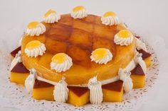 Tarta de yema tostada Bizcocho relleno de nata con cubierta de yema tostada y tocino de cielo.
