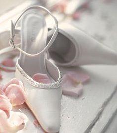 Vakker Brudesko medblanke stener over vristen. Brudesko med bred hel 07-1952.Helhøjde:4 cm Farve: Creme KUN Str. 36 og 37 IGJEN ***LAGERTØMMING*** På... Ballet Shoes, Dance Shoes, Pink, Creme, Fashion, Wedding Color Dresses, Ballet Flats, Dancing Shoes, Moda