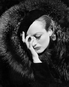 Joan Crawford photographié by George Hurrell for Metro-Goldwyn-Mayer, 1932.