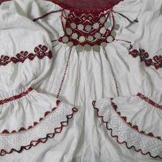 Camasa cu ciupag - c/o Marioara Constantin #lablouseroumaine Folk Costume, Costumes, Folk Embroidery, Romania, Boho Shorts, Cross Stitch Patterns, Needlework, Textiles, Rompers