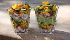 Ferske reker med mango, chili og kokos legges lagvis med avokadokrem i serveringsglass. Foto: DR Frisk, Fruit Salad, Seafood Recipes, Dessert Recipes, Appetizers, Food And Drink, Vegetarian, Favorite Recipes, Yummy Food