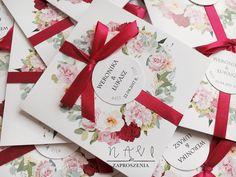 Delikatny pastelowy w wianek z kontrastową malinową tasiemką #roze #zaproszeniaslubne #zaproszenia #slub #wesele #piwonie#hortensje#wianek#handmade#oryginalne#delikatny#kwiaty