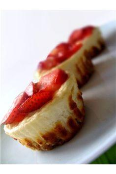 Pyszne mini serniczki z owocami, banalne w przygotowaniu, a w smaku niczym nie ustępują klasycznemu sernikowi.