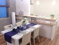 D154テーブルコーディネート豪華ディナーが映えるホワイトカラーのダイニング。テーブルクロスとフラワーアレンジが効果的に!
