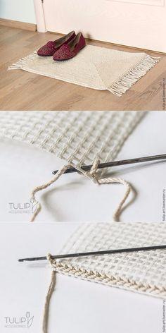 Tejiendo una acogedora alfombra sobre lienzo