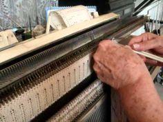 Вывязывание планки горловины и присоединение ее к полотну. Резинка связана промышленная 2х1 ,затем вывязан карман на полном разборе и присоединен к полотну на машине. Обратите внимание как она закрывает петли!