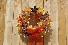 Letní věnec s papírovými květinami - Tento letní věnec jsme ozdobili papírovými květinami. Návod jak je složit najdete také na našich stránkách. Na korpus jsme je přilepili tavnou pistolí. Květiny jsme složili podle našeho návodu, který najdete zde: Návod: Květiny z papíru ( DIY, Hobby, Crafts, Homemade, Handmade, Creative, Ideas)