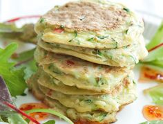 Dass einfach auch sehr lecker sein kann, beweisen diese Zucchini-Pancakes. Mit etwas Sweet-Chili-Sauce verpassen Sie ihnen einen Extra-Kick.