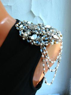 Love this silhouette Shoulder Jewelry, Shoulder Necklace, Couture Details, Fashion Details, Embroidery Fashion, Beaded Embroidery, Cute Jewelry, Body Jewelry, T Craft