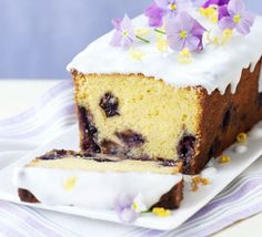 Lemon curd & blueberry loaf cake - delicious with extra lemon curd and yogurt as a pud, or serve with a cuppa Easter Biscuits, Cookies Et Biscuits, Lemond Curd, Blueberry Loaf Cakes, Lemon Curd Cake, Lemon Loaf, Cheesecake Toppings, Pecan Cheesecake, Cheesecake Squares