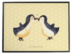 Schreibtischunterlage Pinguin Liebe aus Kunststoff  Schwarz - Das Original von Mr. & Mrs. Panda.  Die Schreibtischunterlage wird in Deutschland exklusiv für Mr. & Mrs. Panda gefertigt und ist aus hochwertigem Kunststoff hergestellt. Eine ganz tolle Besonderheit ist die einzigartige Einlegelasche an der Seite, mit der man das Motiv kinderleicht gegen andere Motive von Mr. & Mrs. Panda tauschen kann.    Über unser Motiv Pinguin Liebe  Das Gefühl verliebt zu sein und seinen Verbündeten gefunden…