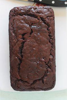 Cake banane chocolat hyper moelleux et fondant. Très facile à faire et inratable. A base de bananes très mûres, chocolat en morceaux, poudre de cacao et yaourt. C'est le meilleur banana bread au chocolat!