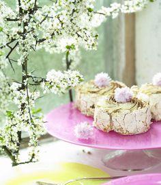 Ljuvliga maränger på ljuvligt rosa tårtfat från JellyBean! Perfekt till bröllopet! Cake plate in pink from JellyBean! #jellybeansweden, www.jellybean.se