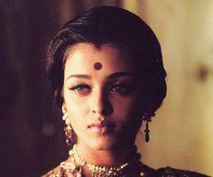Aishwarya Rai in Devdas Actress Aishwarya Rai, Aishwarya Rai Bachchan, Bollywood Actress, Bollywood Stars, Bollywood Fashion, Mangalore, Indian Makeup, Indian Beauty, Indian Actresses