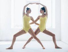 Dwóch młodych kobiet robi asan jogi Obrazy Stockowe Royalty Free