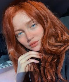 La imagen puede contener: 1 persona, sonriendo, primer plano - New Hair Beautiful Red Hair, Beautiful Redhead, Red Hair Color, Blue Hair, Red Hair Green Eyes, Color Blue, Peach Makeup, Makeup For Blondes, Blonde Makeup