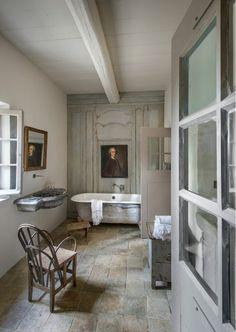 Spacieuse salle de bains au charme d'antan