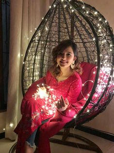 Shirley Setia is an indo Kiwi Singer. Hindustan Times and Forbes featured Setia as Bollywood's Next Big Singing Sensational. Cute Girl Poses, Cute Girl Photo, Girl Photo Poses, Girl Photography Poses, Light Photography, Stylish Girl Images, Stylish Girl Pic, Girl Pictures, Girl Photos