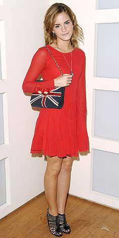 Gallery of photos showing Emma Watson styles. Emma Watson dress sense, clothes, accessories and hairstyles. Daniel Radcliffe, Union Jack, Beautiful Celebrities, Beautiful Actresses, Beautiful Women, Vestidos Emma Watson, Emma Watson Estilo, Emma Watson Dress, Celebrity Photos