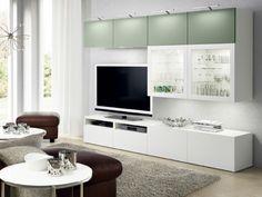 Combinazione TV BESTÅ con mobili con ante a vetro.