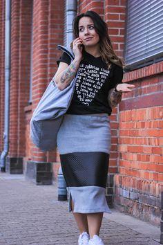 Frühlings Outfit in monochromen Farben mit Tuberock, einer oversized Tasche und auffälligem Statement Shirt.  Ein komplettes Outfit, selbstgenäht.