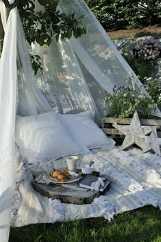 Pic-Nic set up. This is comfortable, romantic, and I want to do this with my husband. :)